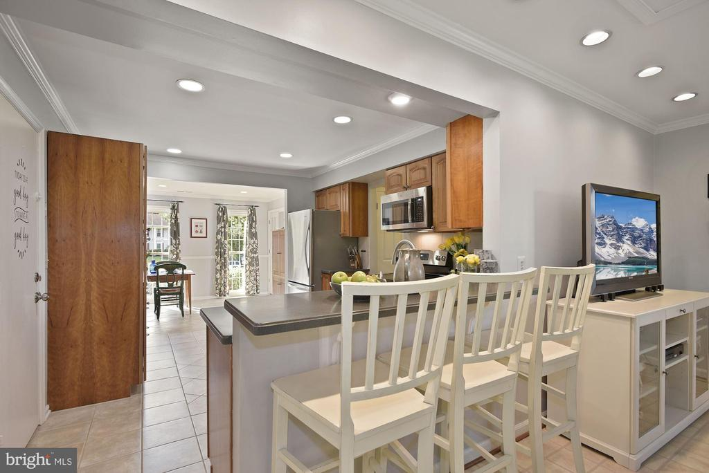 Plenty of space for entertaining! - 7 COLEMAN LN, STERLING