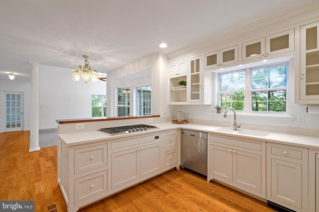 Tons of storage and glass display cabinetry - 11644 SANDAL WOOD LN, MANASSAS