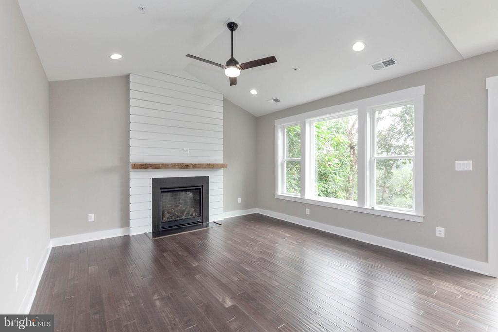 Wonderful, cozy family room. - 6762 W LAKERIDGE, NEW MARKET