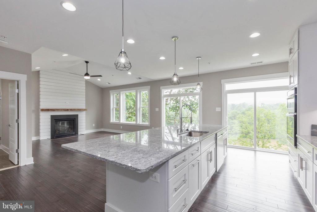 Kitchen flows to family room. - 6762 W LAKERIDGE, NEW MARKET