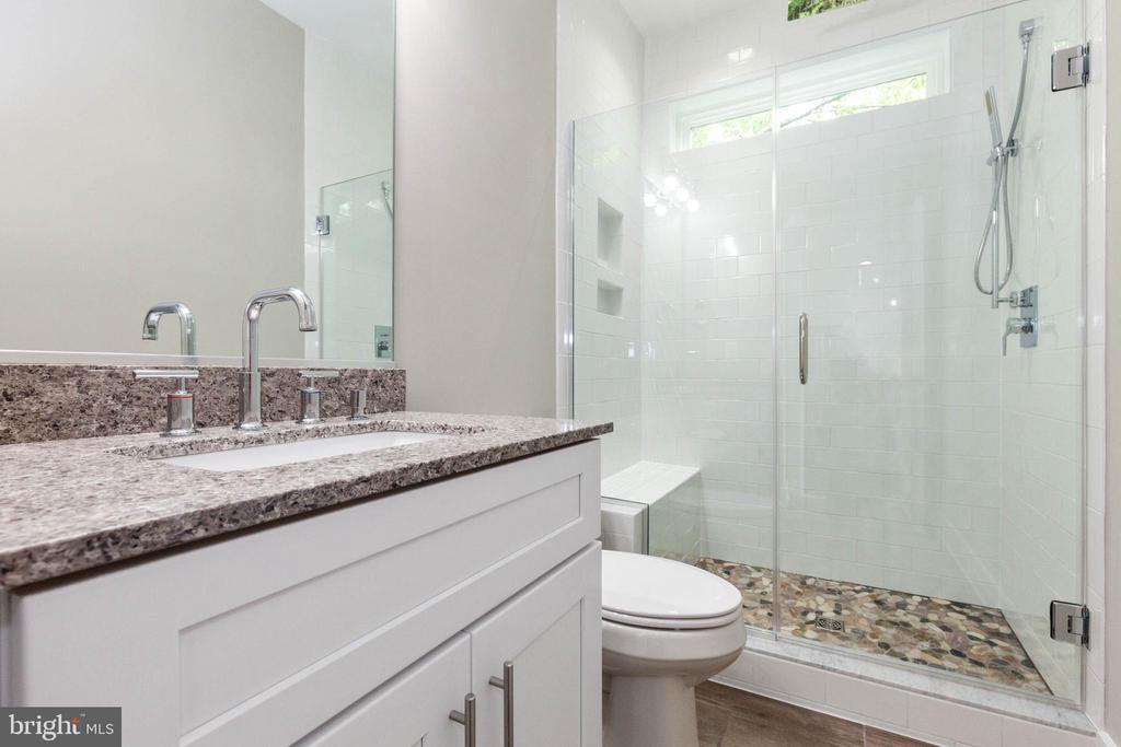 Full bathroom on main floor. - 6762 W LAKERIDGE, NEW MARKET