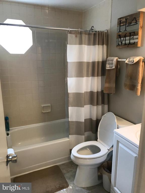 Full bath on main level - 46 N BEDFORD ST #46B, ARLINGTON