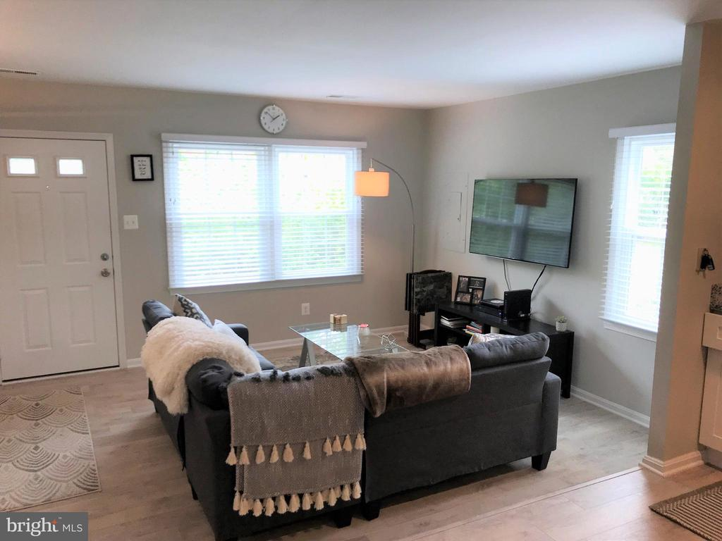 Spacious living room - 46 N BEDFORD ST #46B, ARLINGTON