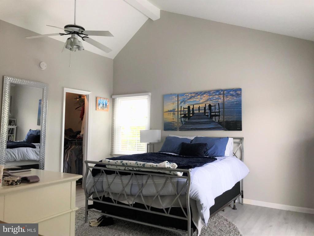 Primary bedroom with cathedral ceilings - 46 N BEDFORD ST #46B, ARLINGTON