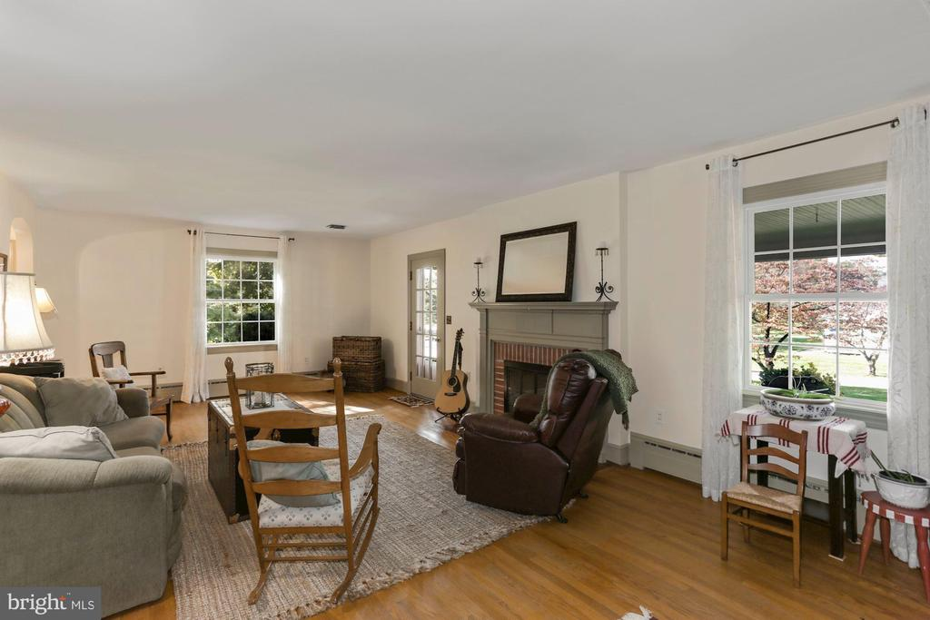 Wood burning fireplace in large living room - 821 W MAIN ST, PURCELLVILLE