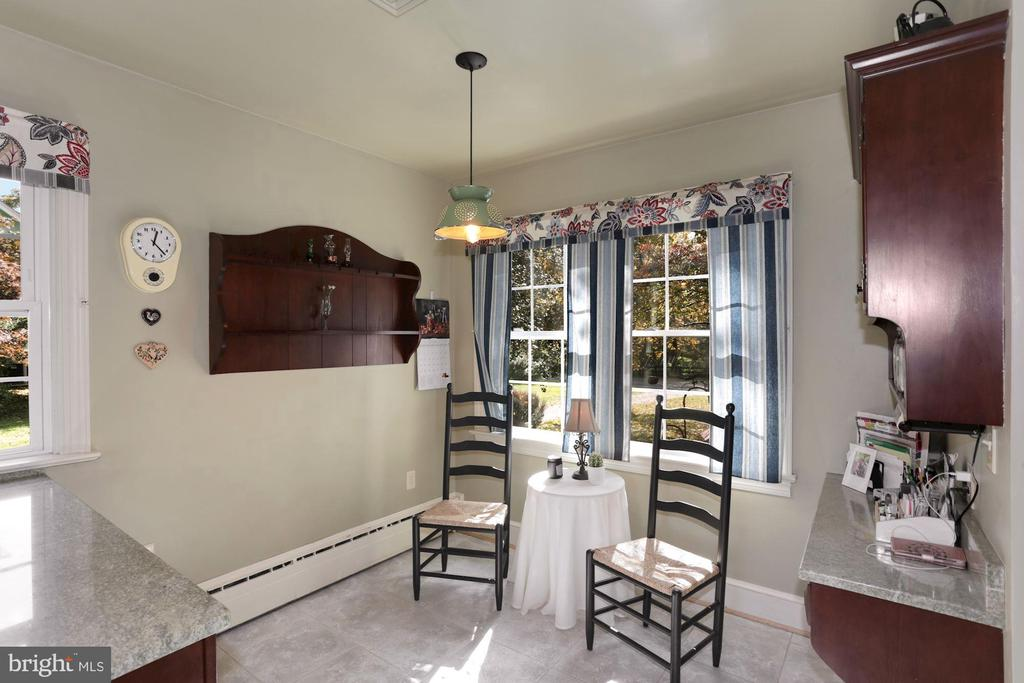 Eat in table area overlooking front yard. - 821 W MAIN ST, PURCELLVILLE