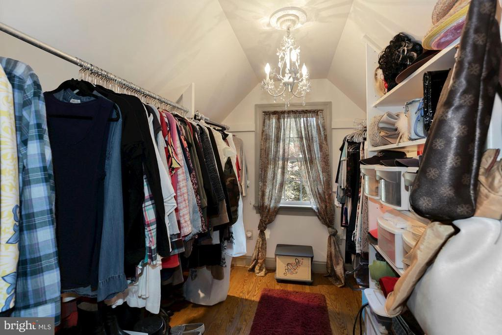 Huge walk in closet - 821 W MAIN ST, PURCELLVILLE