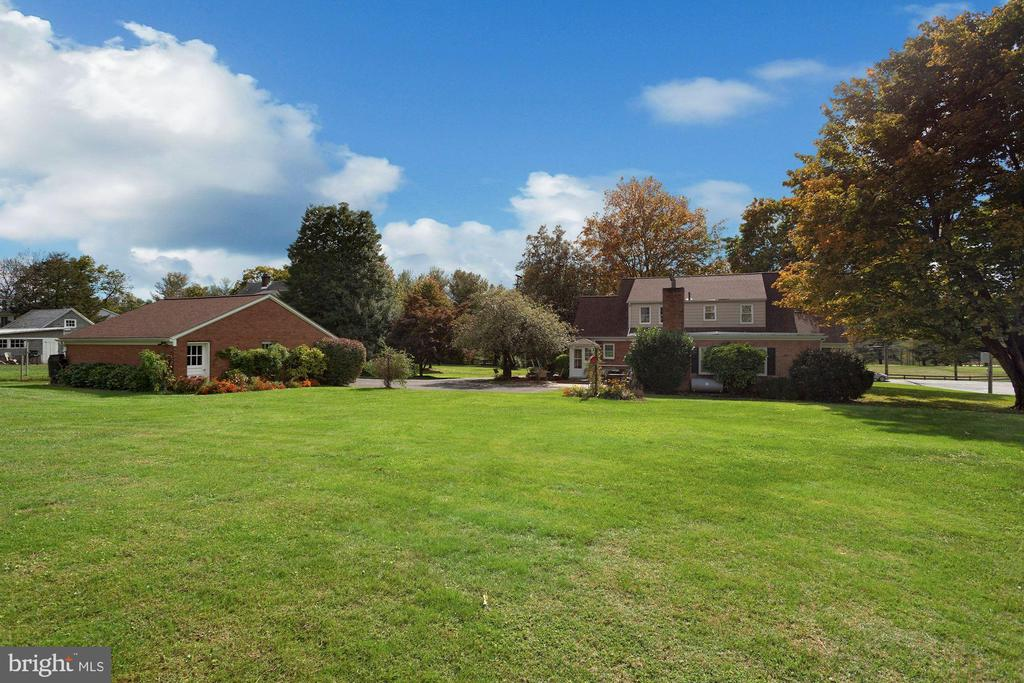 No covenants/restrictions.  Wonderful backyard - 821 W MAIN ST, PURCELLVILLE