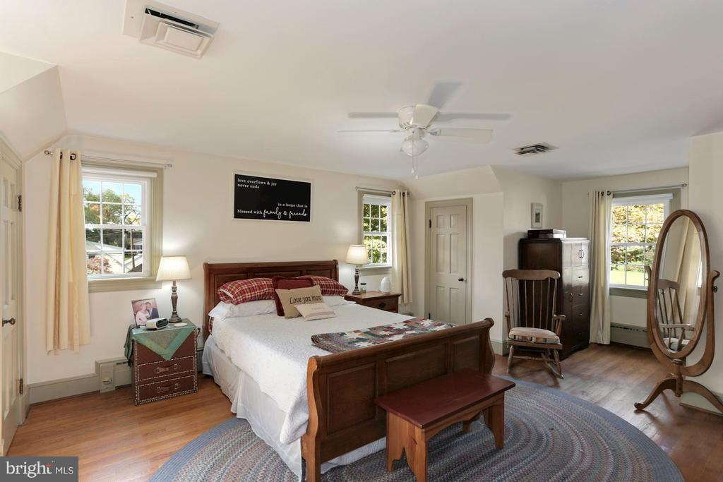 Bedrooms upper level with hardwood floors - 821 W MAIN ST, PURCELLVILLE