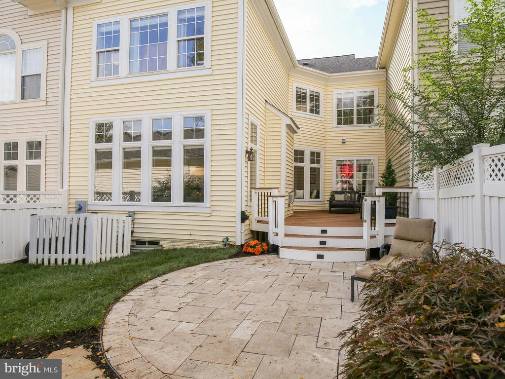 Private oasis with travertine patio and Trex deck - 527 GENTLEWOOD SQ, PURCELLVILLE