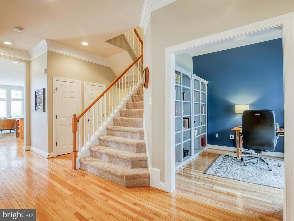 Hardwood floors on main level - 527 GENTLEWOOD SQ, PURCELLVILLE