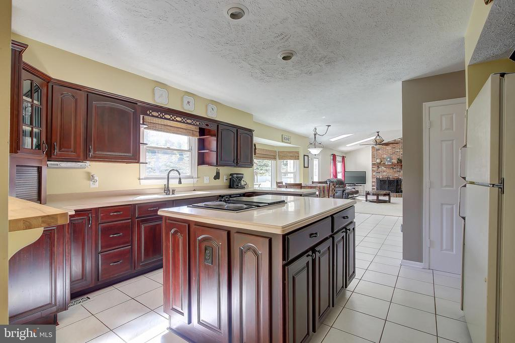 Kitchen Opens To The Family Room - 8 LITTLE ROCKY RUN LN, STAFFORD