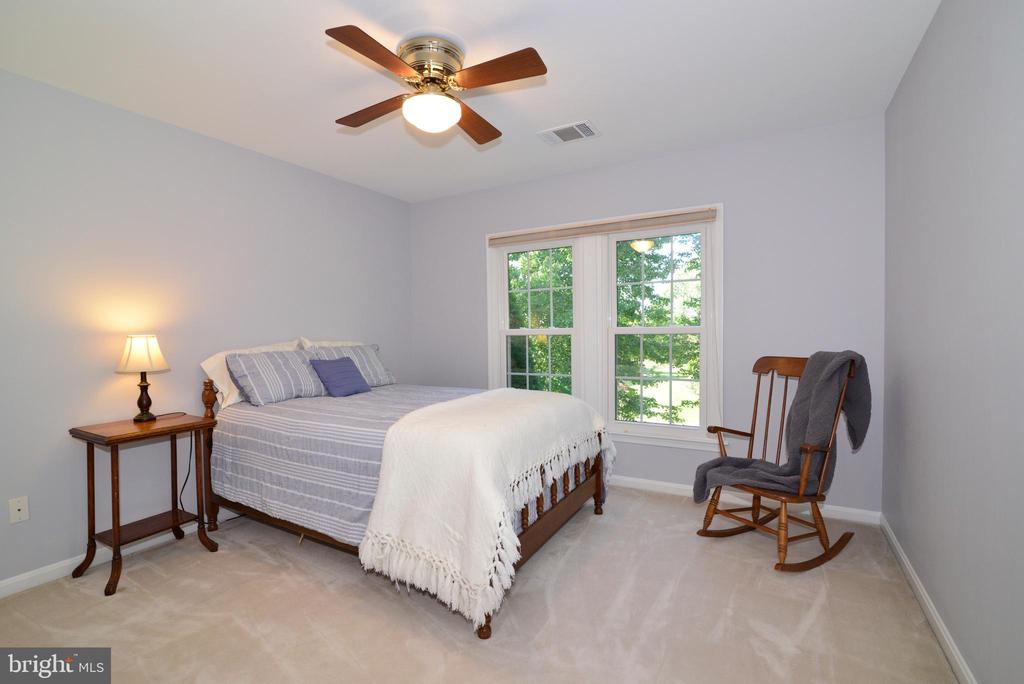 Bedroom with window facing the frontyard - 915 SPRING KNOLL DR, HERNDON