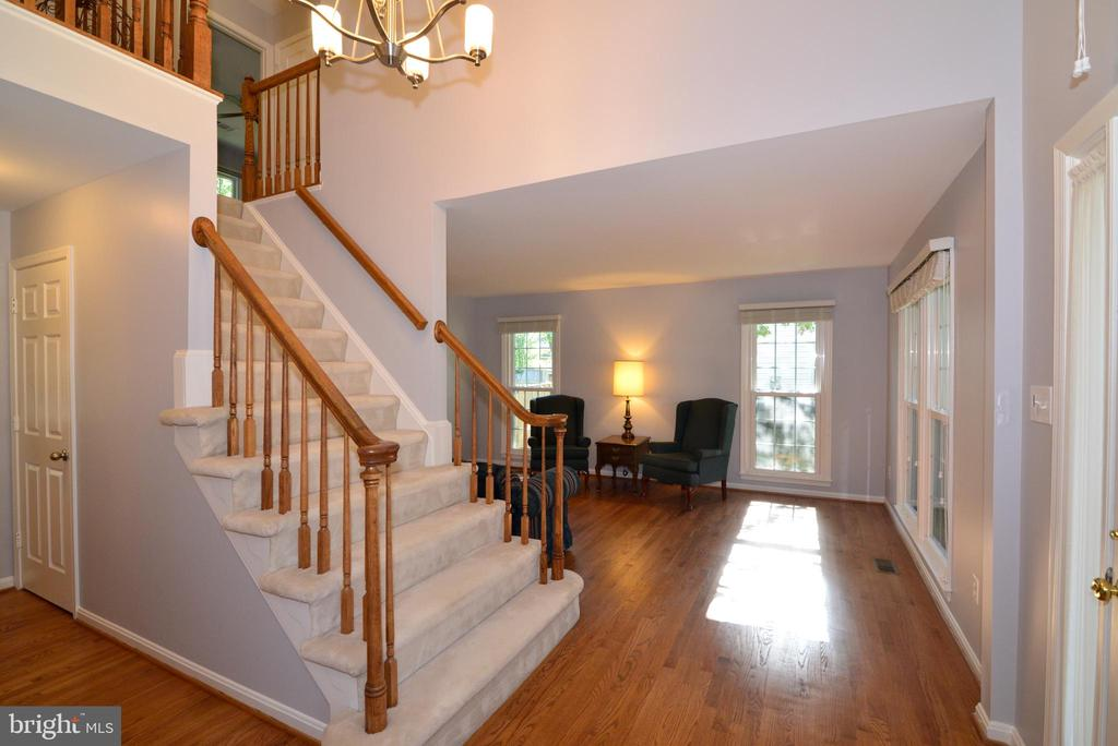 Foyer with view into Living Room - 915 SPRING KNOLL DR, HERNDON