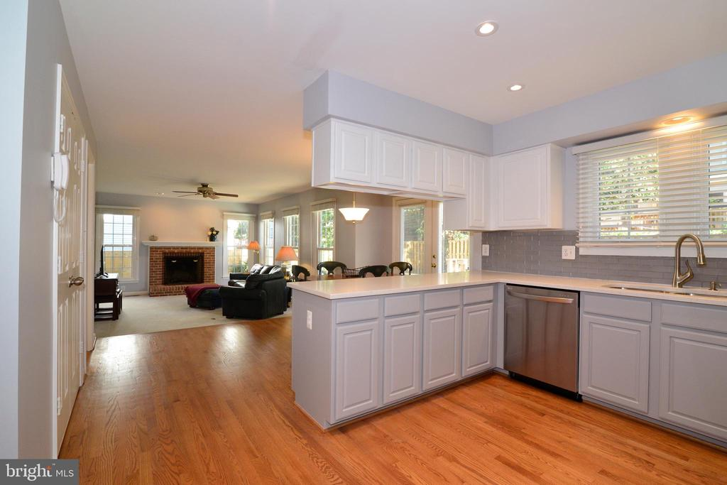 Open area allows the home chef to be with family - 915 SPRING KNOLL DR, HERNDON