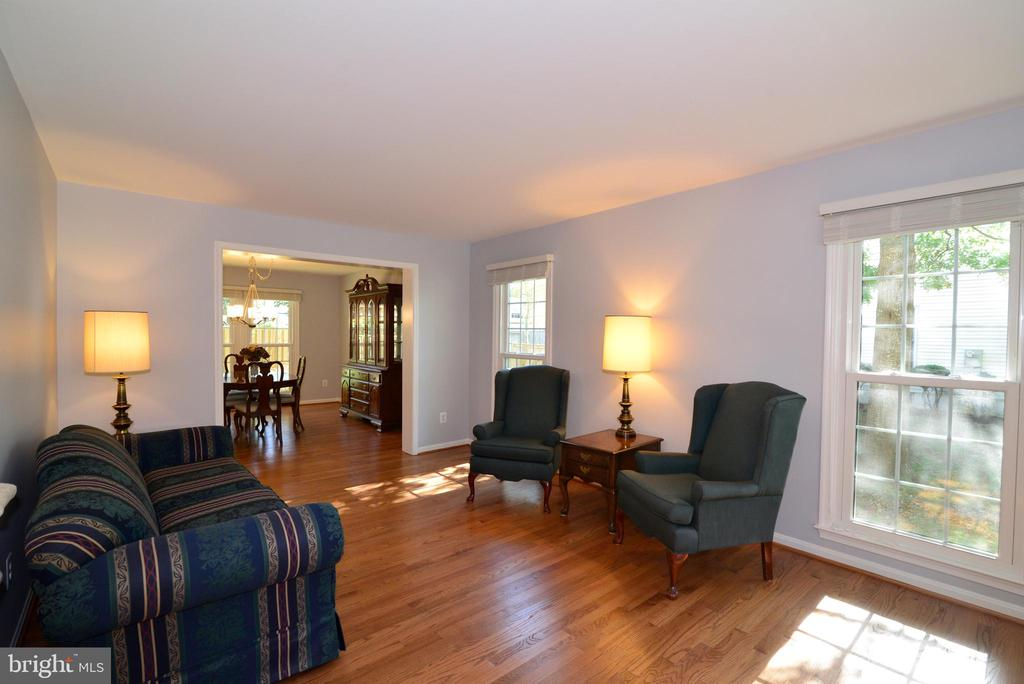 Easy entertaining-LR flows into DR - 915 SPRING KNOLL DR, HERNDON