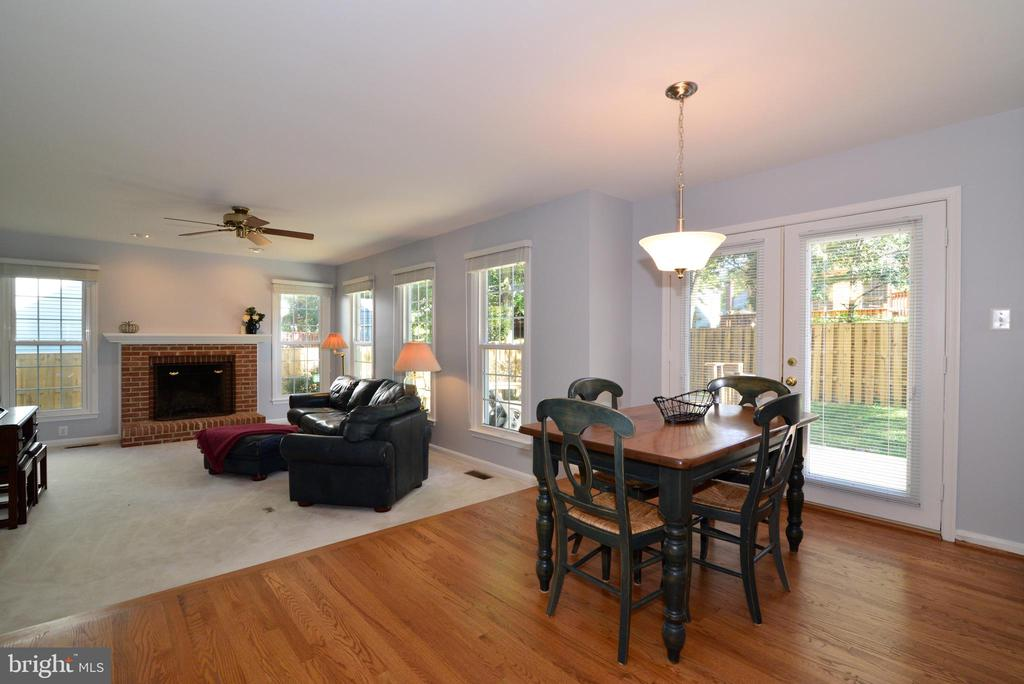 Breakfast nook leading into family room - 915 SPRING KNOLL DR, HERNDON
