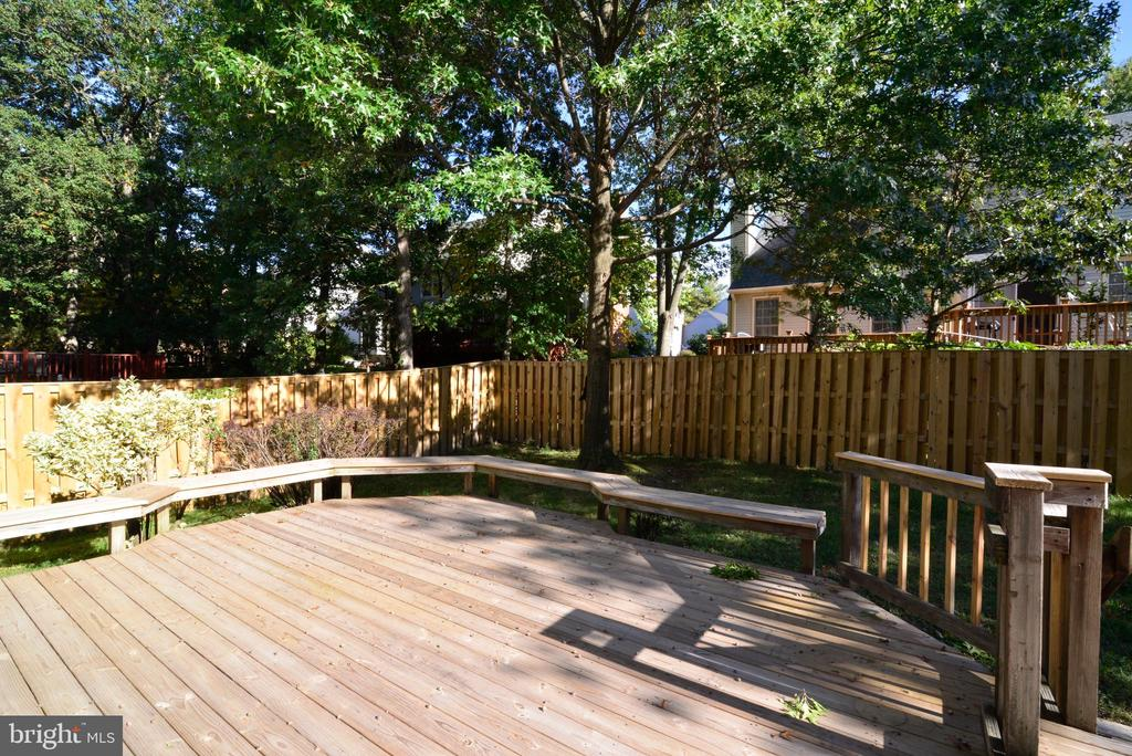 Large backyard  with new fence (2020) - 915 SPRING KNOLL DR, HERNDON