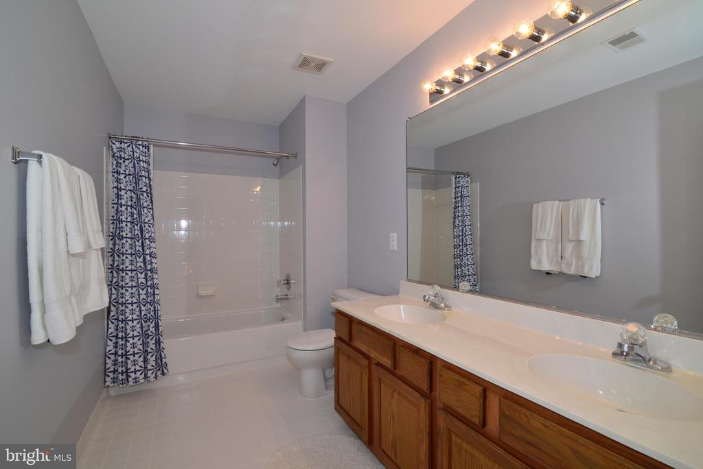 Full bath on upper level - 915 SPRING KNOLL DR, HERNDON