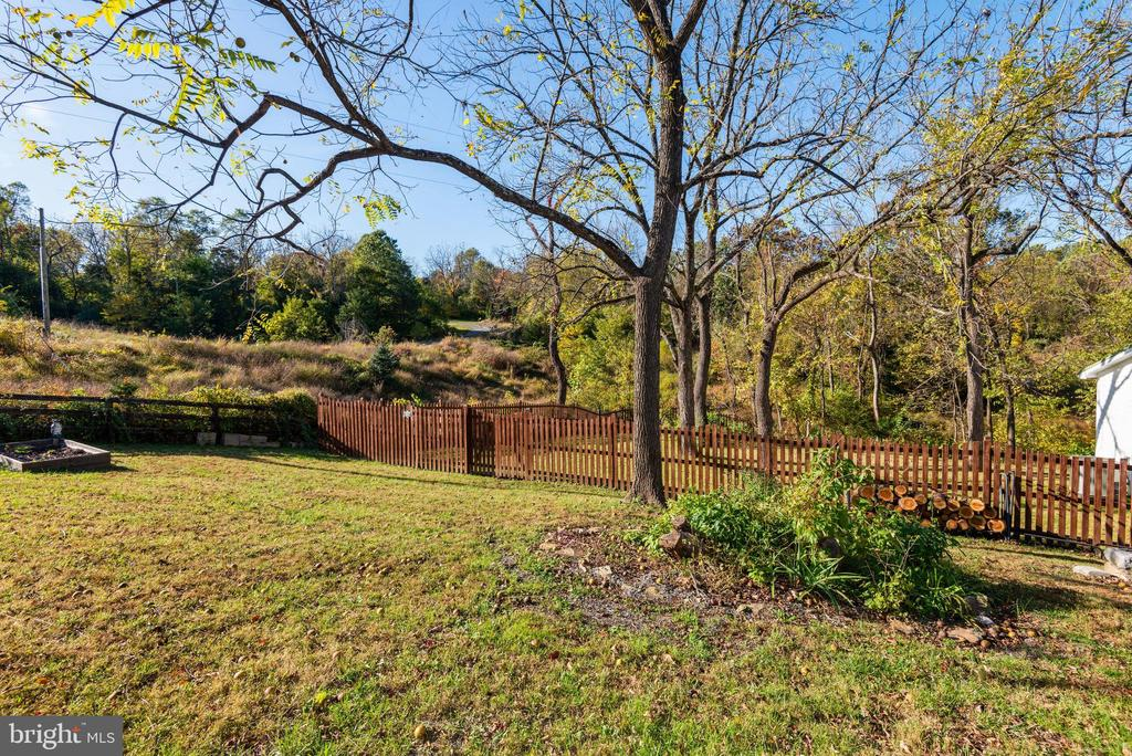 1.3 acres of land surrounding the house - 39852 THOMAS MILL RD, LEESBURG