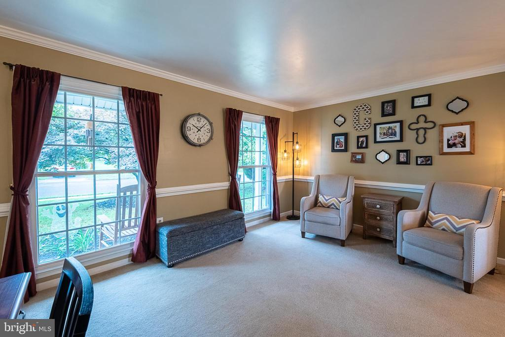 Curl up with a good book in the cozy living room - 9219 GREENGATE CT, MANASSAS