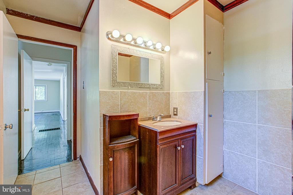 Full Bath in Primary Bedroom - 19125 WINDSOR RD, TRIANGLE