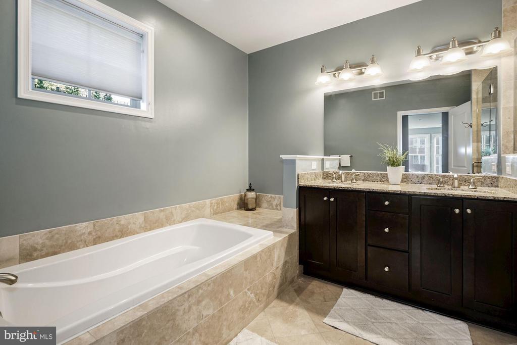 Owner's full bathroom - 1418 N RHODES ST #B113, ARLINGTON