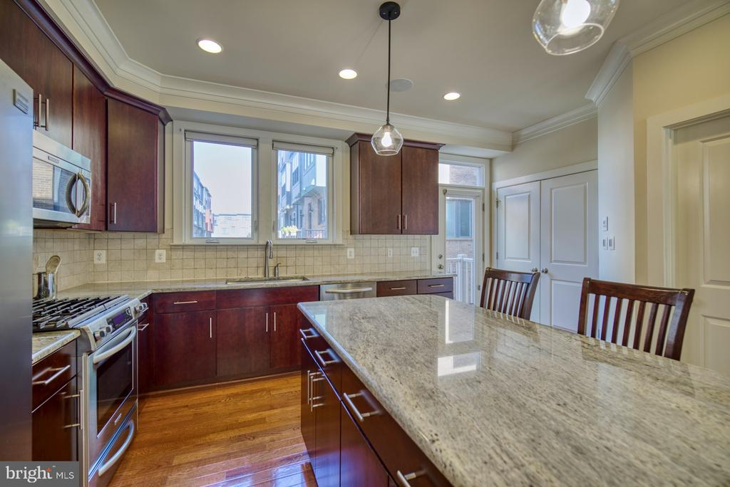 'Manhattan' cherry cabinets&cashmere white granite - 2990 DISTRICT AVE, FAIRFAX