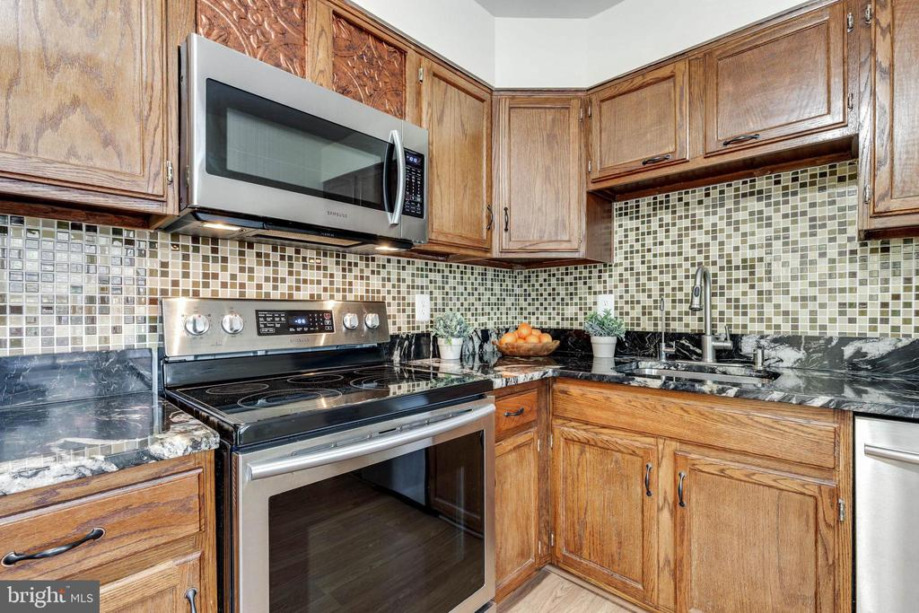 Refurbished cabinetry - 9698 POINDEXTER CT, BURKE