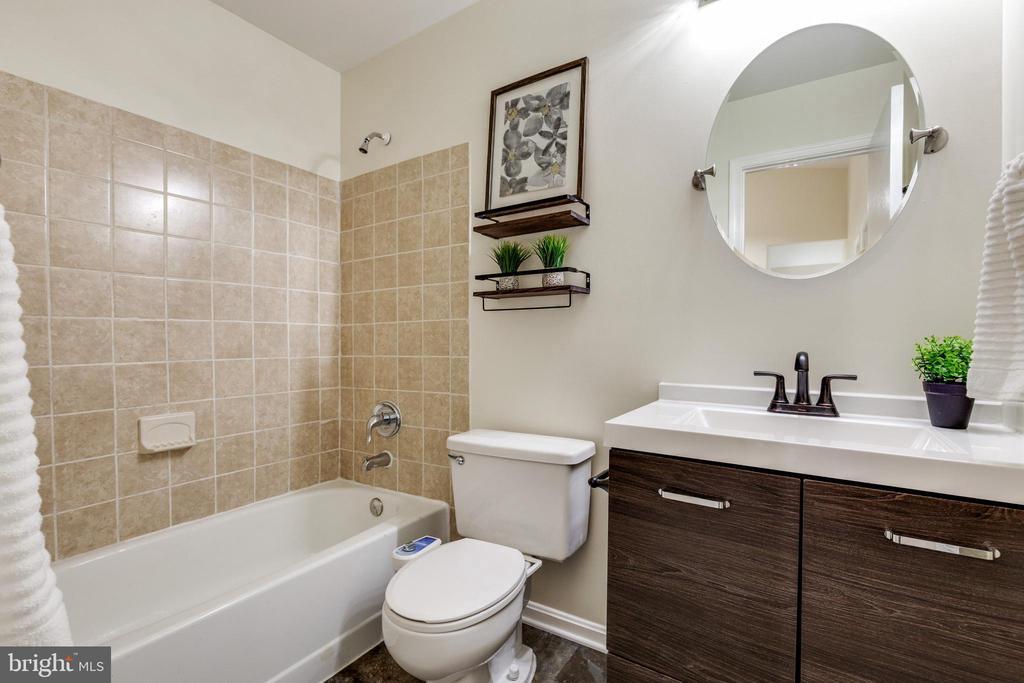 Updated full bath on upper level - 9698 POINDEXTER CT, BURKE
