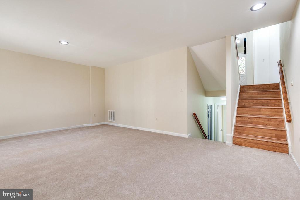 Lots of light, fresh paint and new carpet - 9698 POINDEXTER CT, BURKE