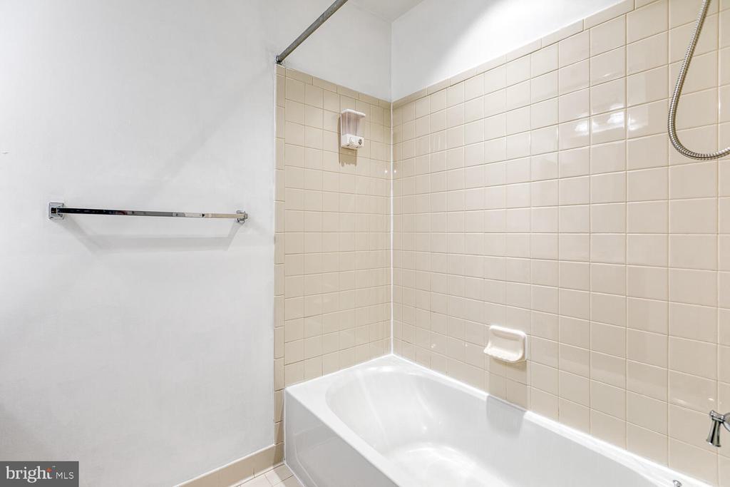 Hall bath - 4530 POTOMAC HIGHLANDS CIR, TRIANGLE