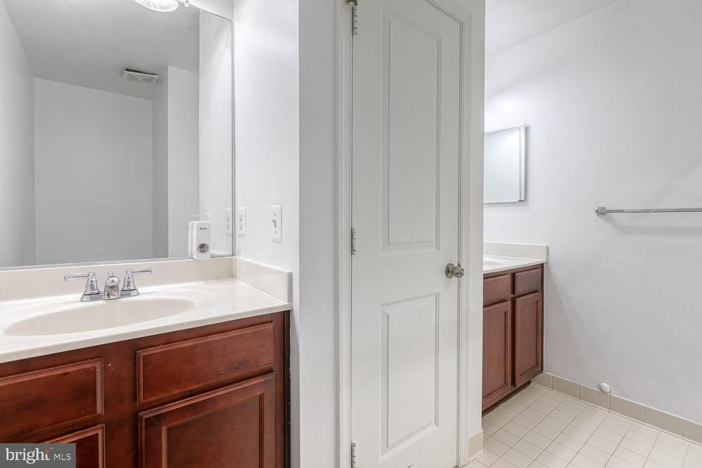 Hall bath with dual sinks - 4530 POTOMAC HIGHLANDS CIR, TRIANGLE