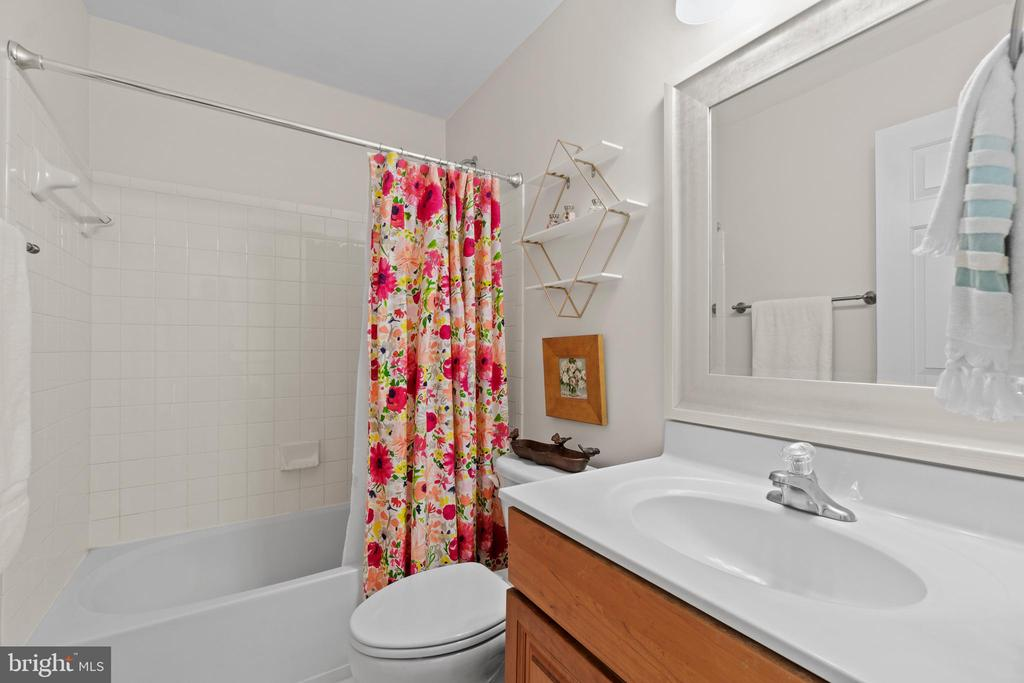 Upper Level Hall Bathroom - 18109 OAK RIDGE DR, PURCELLVILLE