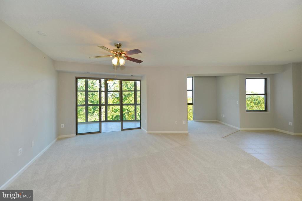 Light filled living room dining and den view - 19350 MAGNOLIA GROVE SQ #211, LEESBURG