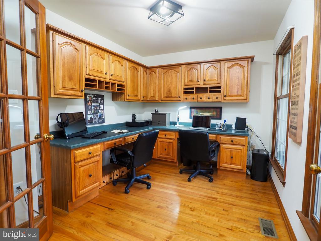 Separate office for plenty of work space! - 7755 WALLER DR, MANASSAS