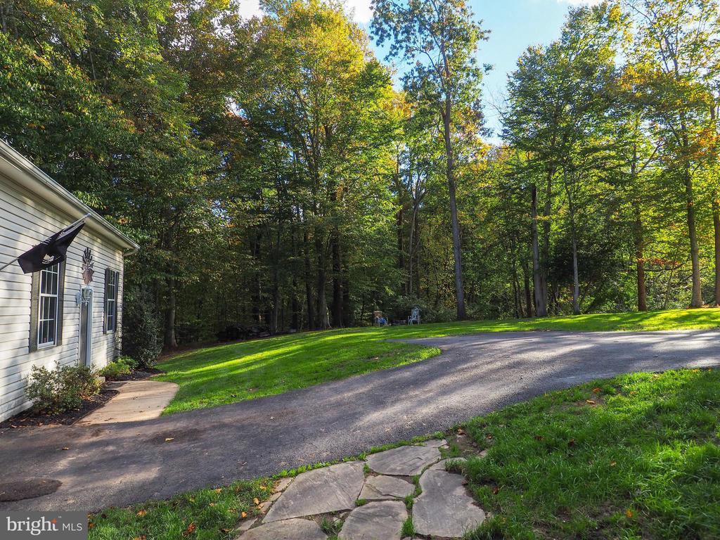 Side yard to extra garage/workshop - 7755 WALLER DR, MANASSAS
