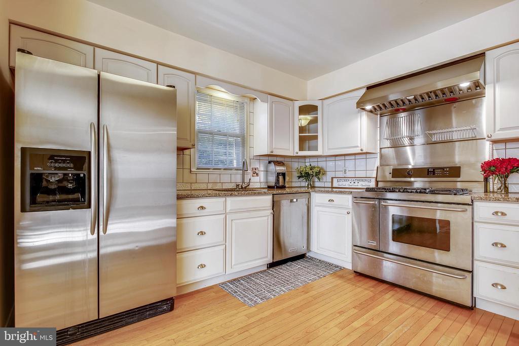 Kitchen with Chef's Range! - 1636 STOWE RD, RESTON