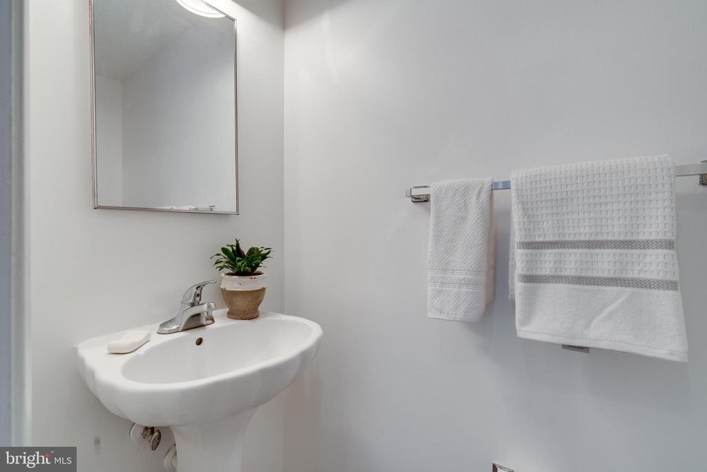 Main level half bath - 1401 N VAN DORN ST #C, ALEXANDRIA