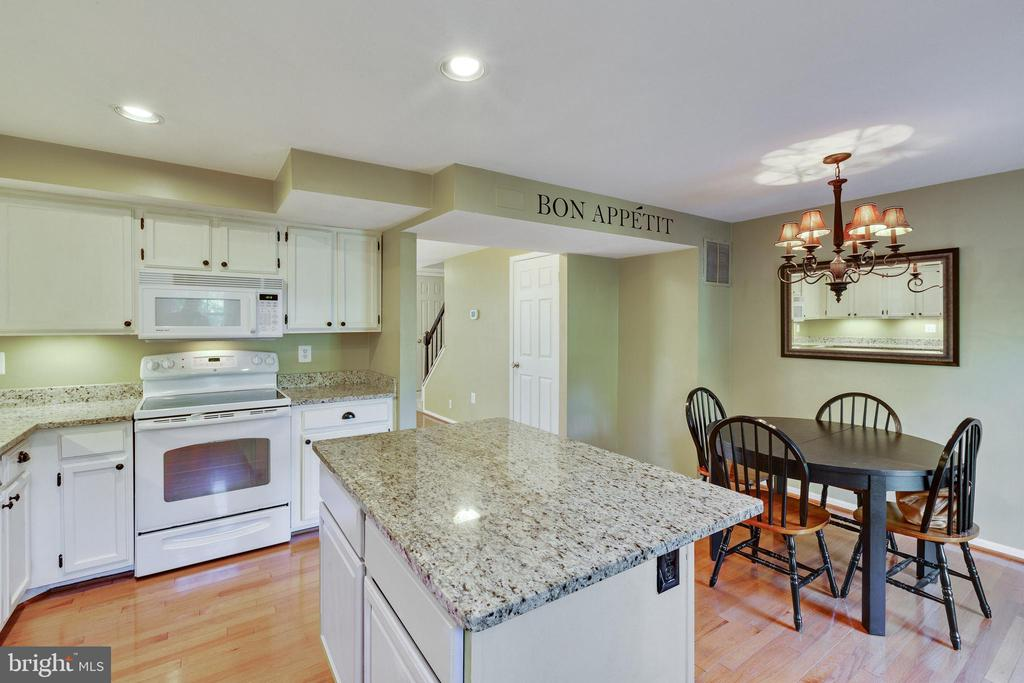 Nice island for extra eating area - 77 SOUTHALL CT, STERLING