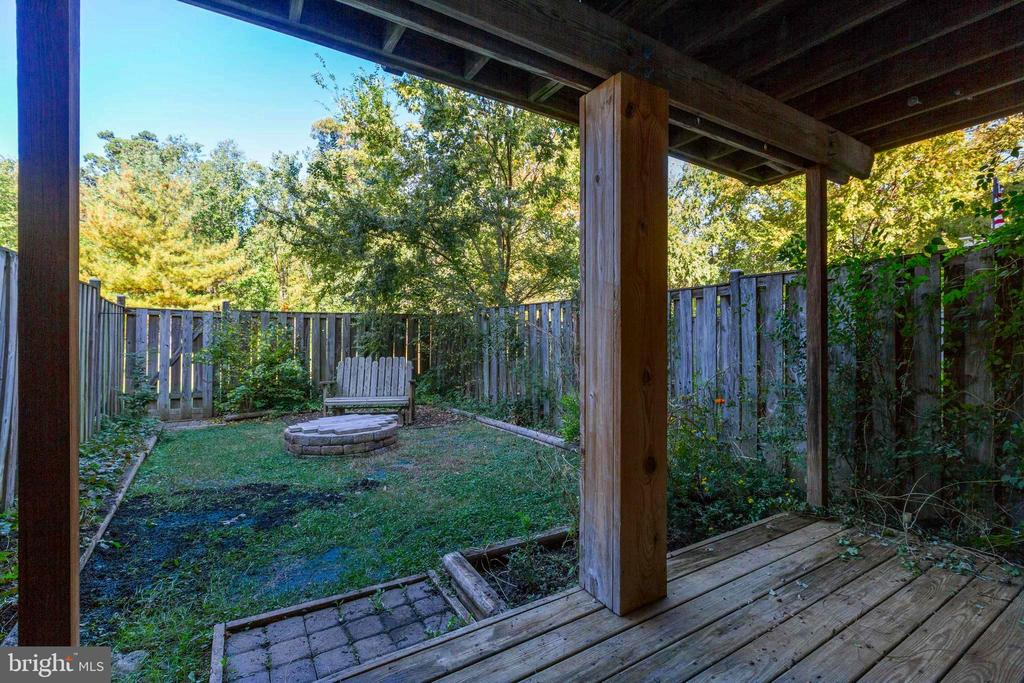 Fully fenced yard with low maintenance - 77 SOUTHALL CT, STERLING