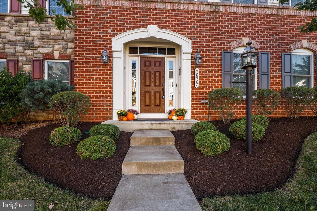 - 42527 PINE FOREST DR, CHANTILLY