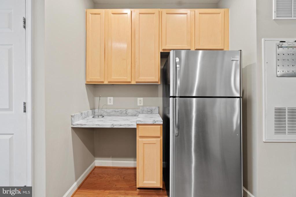 Kitchen with 42 inch cabinets - 42453 ROCKROSE SQ, BRAMBLETON