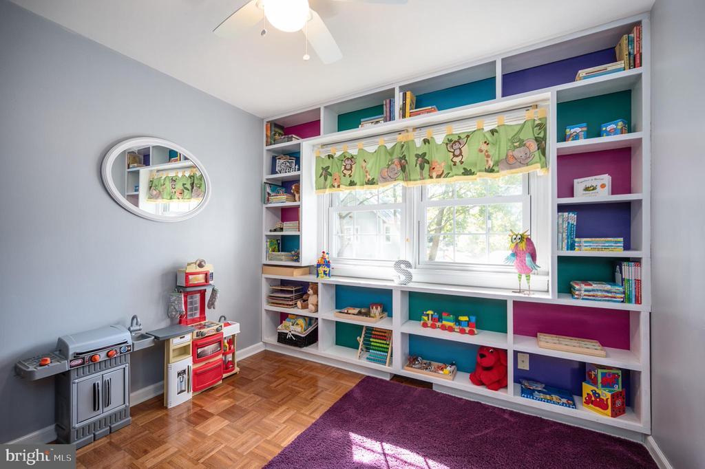 Bedroom w/ built-ins, great multi-functional room - 304 BRAEHEAD DR, FREDERICKSBURG