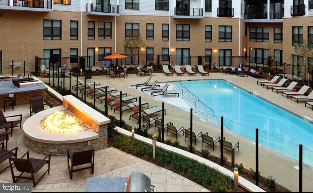 Outdoor pool and patio w/fire pit for residents - 2990 DISTRICT AVE, FAIRFAX