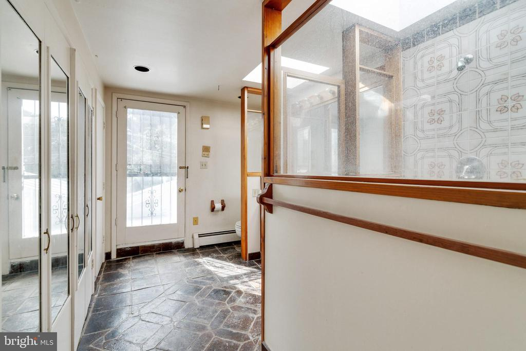 Upper level full-bath - 605 CONSTITUTION AVE NE, WASHINGTON