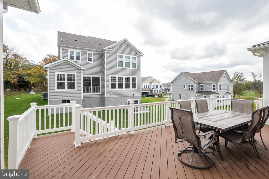Peaceful deck off kitchen - 600 W K ST, PURCELLVILLE