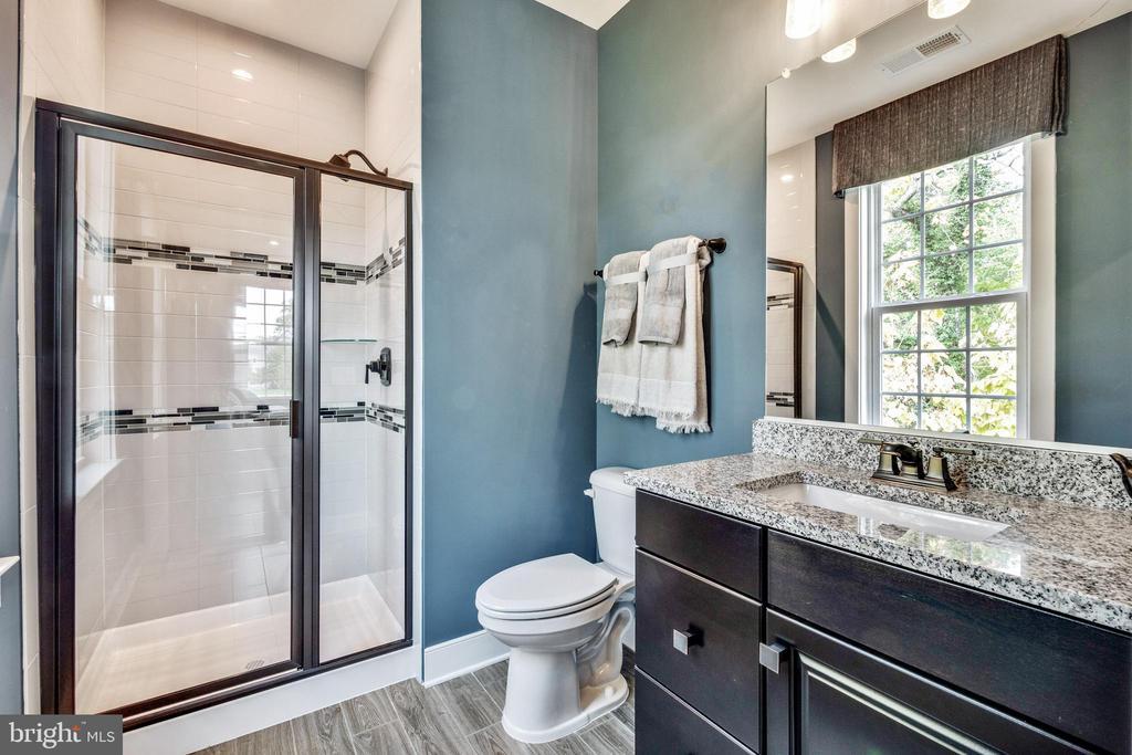 Full bathroom in main level bedroom - 600 W K ST, PURCELLVILLE