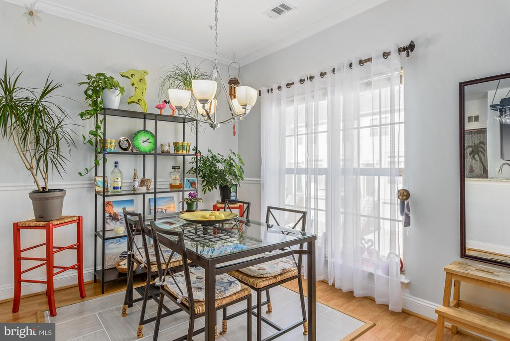 Ample amount of space in dining! - 46377 PRYOR SQ, STERLING