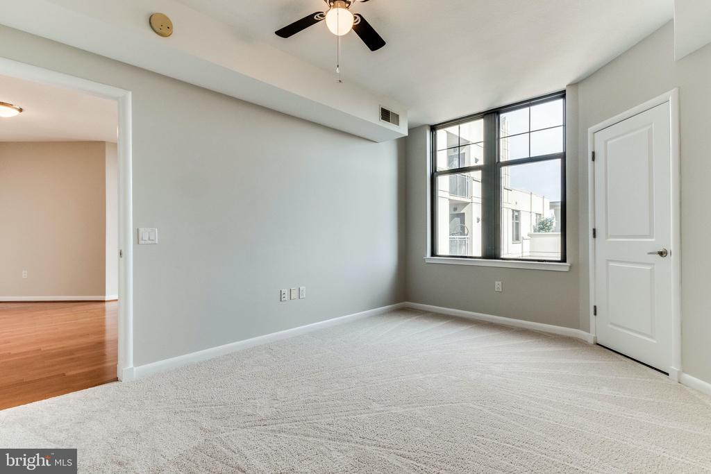 With lots of natural light - 1021 N GARFIELD ST #714, ARLINGTON